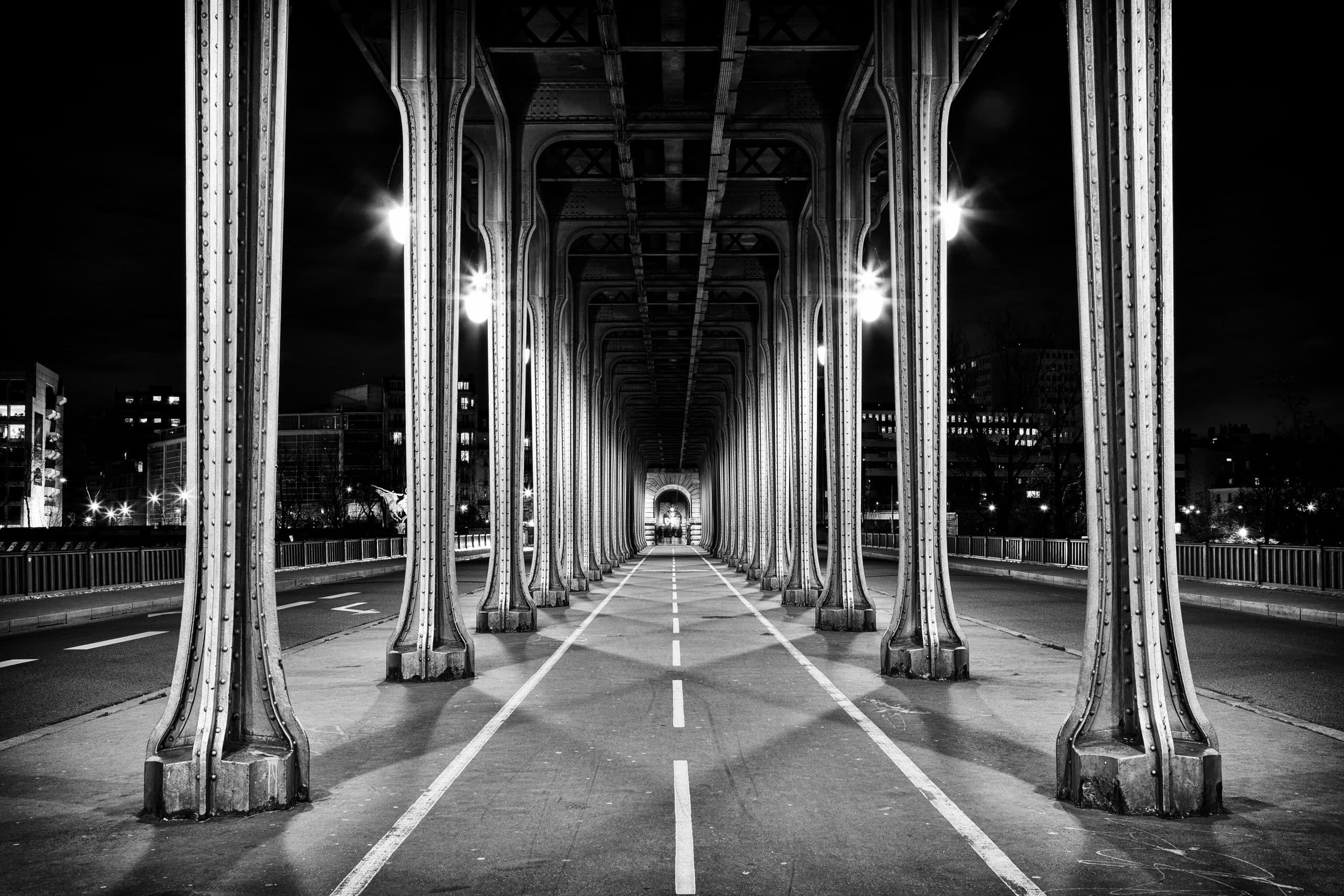 Black,And,White,Shot,Under,The,Bir-hakeim,Bridge,At,Night